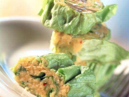 Salatrollen mit Kichererbsendip