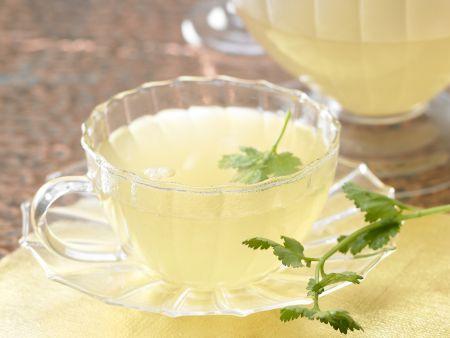 Sanddorn-Ingwer-Tee in einem Glas