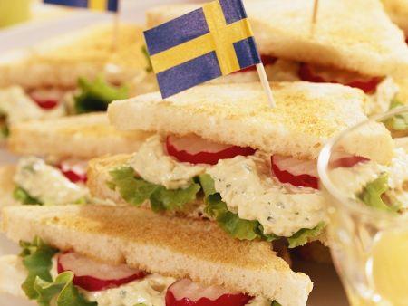 Sandwich mit Eiern, Salat und Radieschen