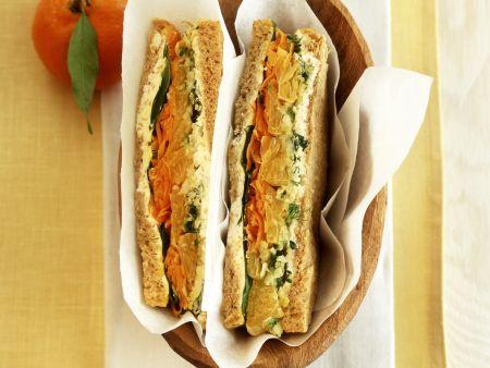Sandwich mit Gemüse und Mandarinen