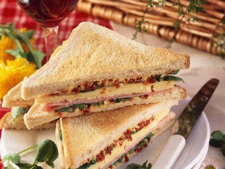 Sandwich mit Schinken, Käse und Tomatenbutter