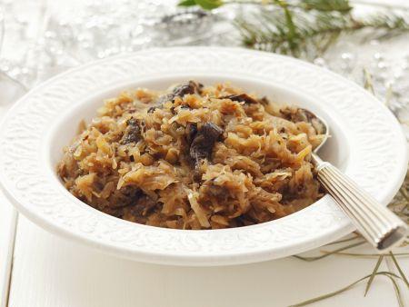 Sauerkraut mit Pilzen und getrockneten Pflaumen