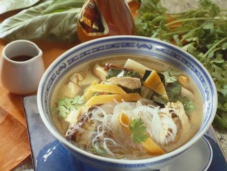 Scharfe asiatische Suppe mit Glasnudeln, Fleisch und Gemüse