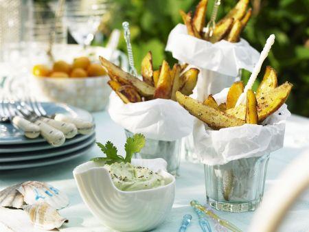 Scharfe Kartoffelsticks mit Avocadocreme