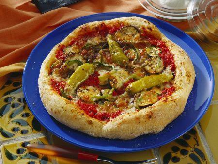 Scharfe Pizza mit Chilischoten und Mozzarella