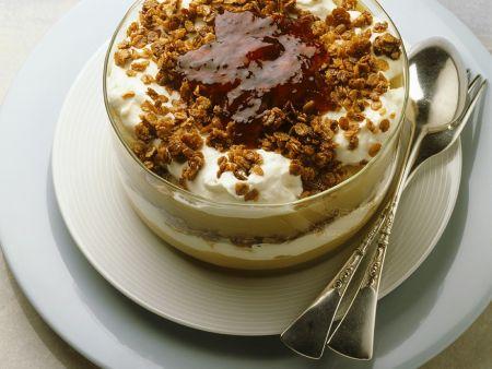 Schichtdessert mit Pudding und Schlagsahne