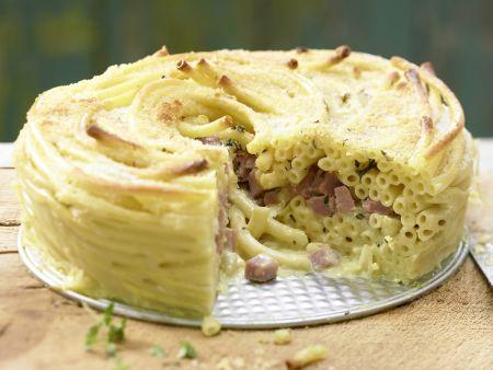 Schinken-Nudel-Torte mit Gorgonzola und Bröselkruste
