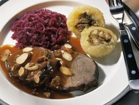 Schmorbraten mit Blaukraut und Kartoffelknödel mit Füllung