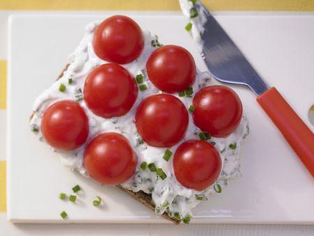 Schnittlauchbrot mit Tomaten