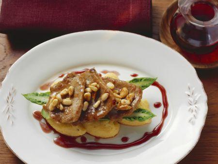 Schnitzel mit Pinienkernen und Polentaklößchen