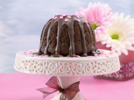 Schoko-Gugelhupf mit rosa Tupfen