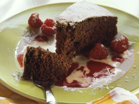 Schokoladen-Nuss-Kuchen mit Himbeer- und Vanillesoße