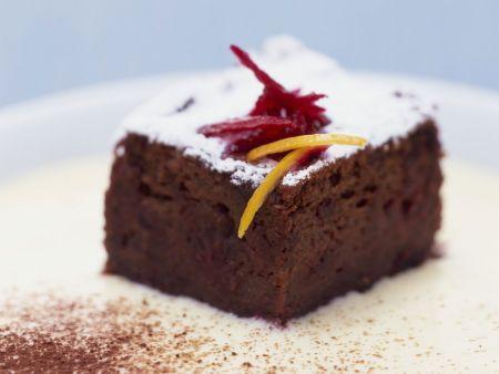 Schokoladenkuchen mit Roter Bete auf Ingwerschaum