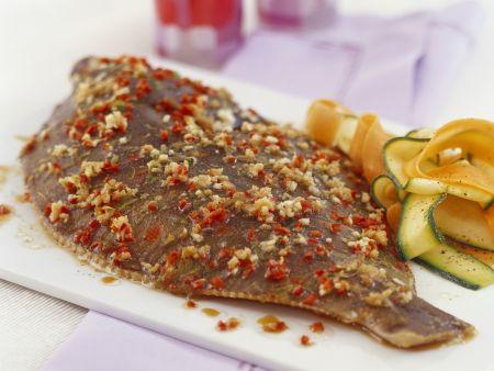 Scholle mit Paprikamarinade und Karotten-Zucchinisalat