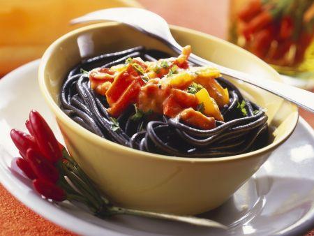 Schwarze Pasta mit feuriger Soße