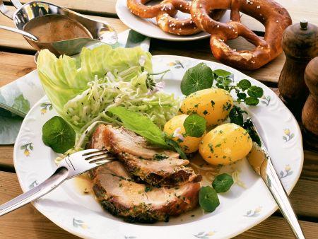 Schweinebraten mit Krautsalat und Kartoffeln