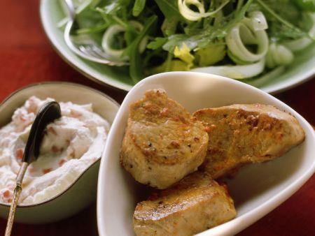 Schweinefilets, Rucola-Sellerie-Salat und Paprikadip