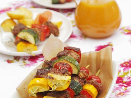 Schweinefleischspieße mit buntem Gemüse