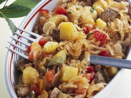 Schweineragout mit Sauerkraut, Tomaten und Kartoffeln