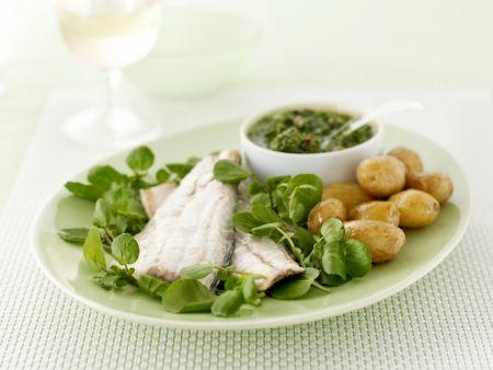 Seebarschfilet mit Kartoffeln, Salsa Verde und Brunnenkresse