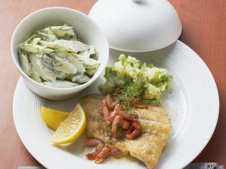 Seelachs mit Speckstippe, Kartoffelbrei und Gurkensalat