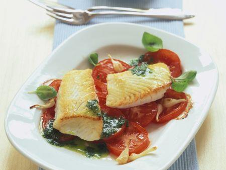 Gebratene Seelachsfilets mit Tomaten und Kräutersoße