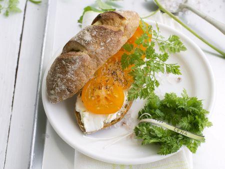 Selbstgemachtes Kartoffelbrötchen mit Frischkäse und Tomate