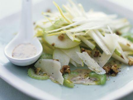 Selleriesalat mit Äpfeln, Walnusskernen und Parmesan