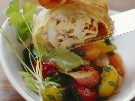 Shrimps-Strudel mit Tomatensalat und Basilikumsoße