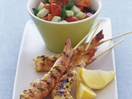 Shrimpsspieße mit Gurken-Tomaten-Salat