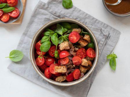 Sommerlicher Brotsalat mit Tomaten