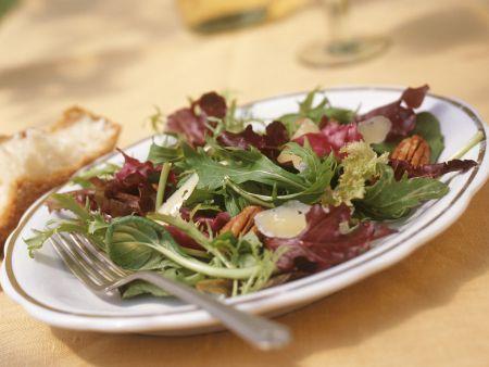 Sommersalat mit Pekannüssen und Parmesan