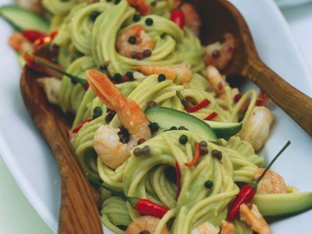 Spaghetti mit Avocado, Shrimps, Chilis und Pfefferkörnern