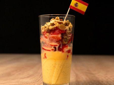 Spanien Länder-Dessert mit frischen Erdbeeren