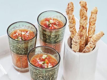 Spanische Gemüsesuppe mit Käsestangen