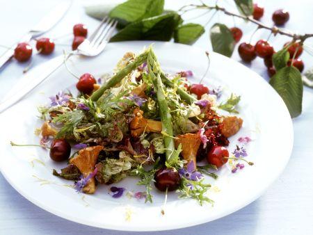 Spargel-Pfifferlinsgssalat mit Kirschen und Essblüten