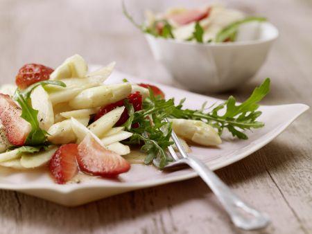 Spargelsalat mit erdbeeren rucola