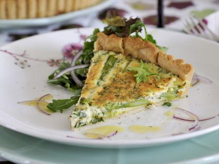 Spargelquiche mit Salat
