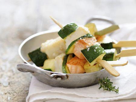 Spieße mit Fisch und Zucchini