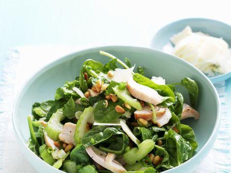 Spinat-Stangensellerie-Salat mit Hühnchen