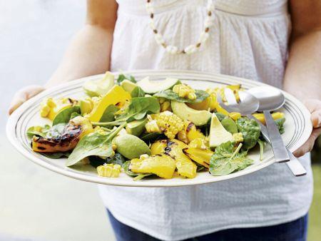 Spinatsalat mit Avocado, Maiskolben und Paprika