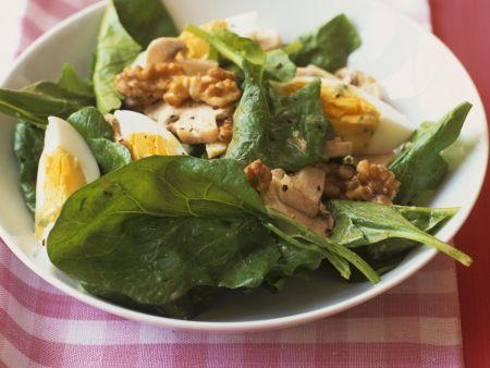 Spinatsalat mit Ei und Walnusskernen