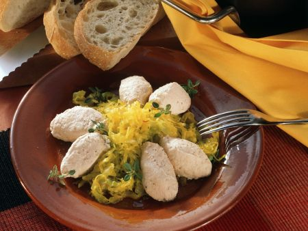 Spitzkohl mit Safransoße dazu cremige Lachsklößchen