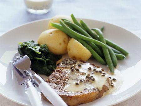 Steak mit Pfeffersoße und Beilage