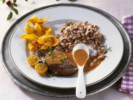 Steaks vom Hirsch mit Hagebuttennsoße und Maronispätzle