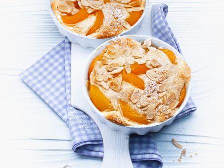 Süßer Brotauflauf mit Aprikosen und Mandeln
