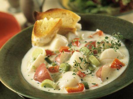 Suppe mit Jakobsmuscheln und Gemüse