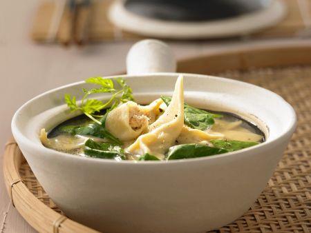 Suppe mit Spinat und Wan-Tan