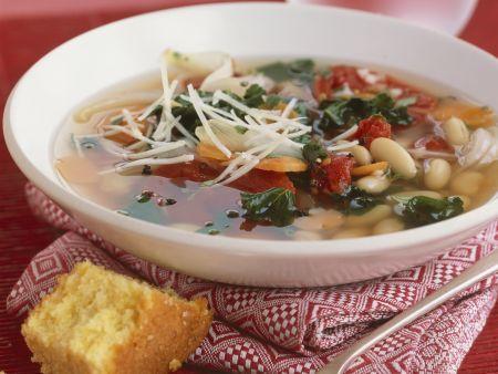 Suppe mit weißen Bohnen dazu Maisbrot