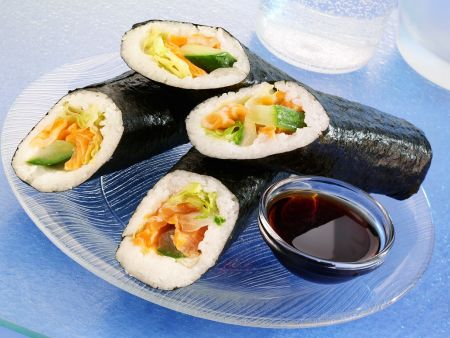 sushi r llchen mit lachs rezept eat smarter. Black Bedroom Furniture Sets. Home Design Ideas